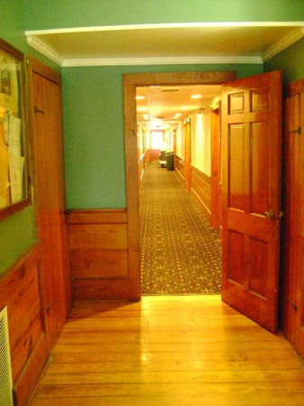Days Inn Kill Devil Hills Oceanfront - Wilbur: Hallway from Lobby to the Walk to the Beach