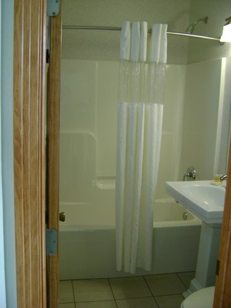 Days Inn Kill Devil Hills Oceanfront - Wilbur: Bathroom