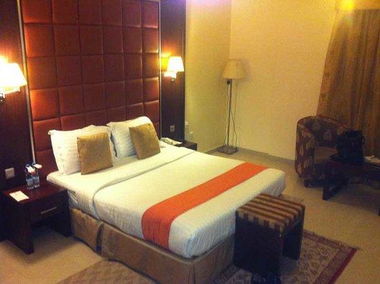 فندق رينيو: The bedroom is adequate; there were stains on the lampshades.