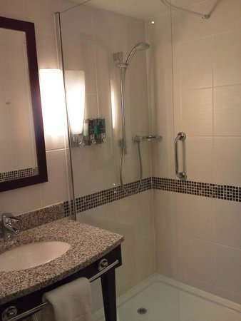 Hampton by Hilton Liverpool City Centre: Modern Bathroom