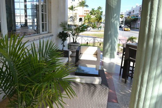La Flora: Front patio of the hotel