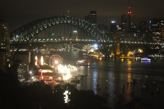 North Sydney Harbourview Hotel: Night view from our room