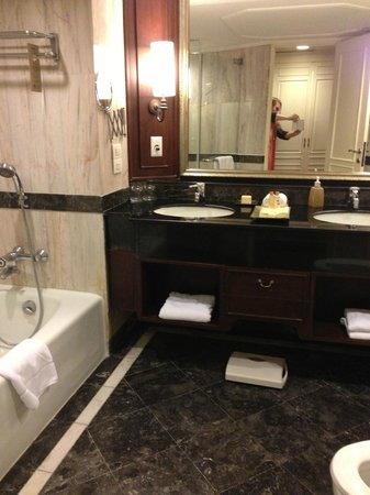 Dusit Thani Bangkok: bathroom view