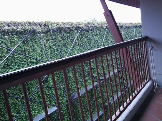 Sakorn Residence & Hotel: vue depuis mon balcon donnant sur l'arrière de l'hôtel