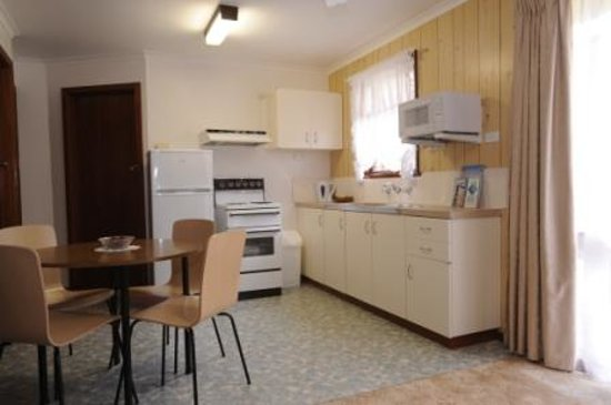 Sandpiper Holiday Apartments : If you have to cook on your holiday, all utensils and facilities are on hand.