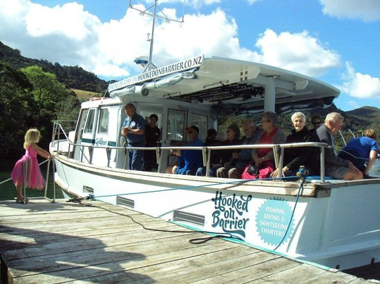 Go Great Barrier Island - Day Tours: Sundancer takes the Leisure Time Tours group for a coastal cruise