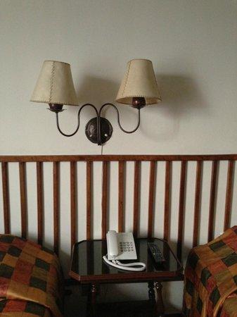 Hotel Ariosto: Lámparas sobre la cabecera de la cama