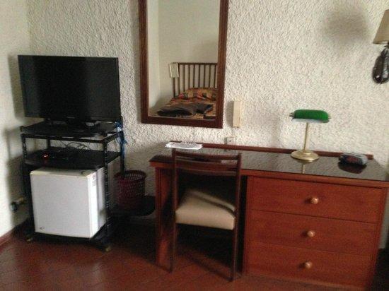 Hotel Ariosto: TV, Espejo y Escritorio