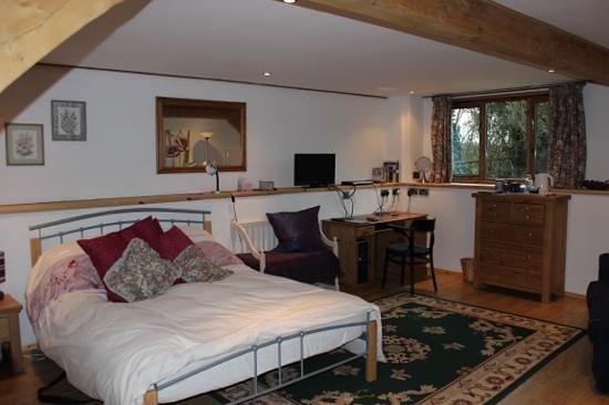 Hilltop Barn : bedroom next to the garage