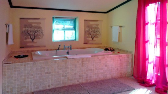 Grove House and Courtyard Cottages: Fabulous Jacuzzi ensuite to the bedroom