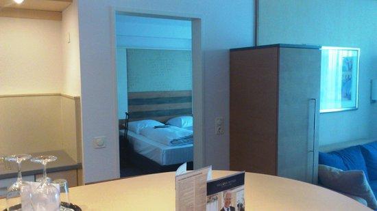 Welcome Hotel  Wesel: Vom Wohnbereich i.d. Schlafzimmer
