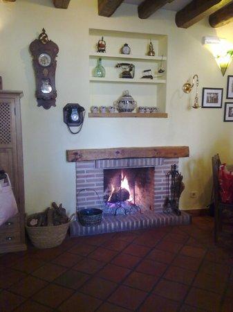 Bar- Restaurante La Panaderia : Vista interior chimenea