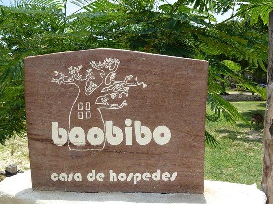 Baobibo - Casa de Hospedes: enseigne d'entrée sur la promenade du bord de mer