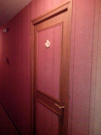 Hotel de la Marine: La porte de la chambre et la moquette murale