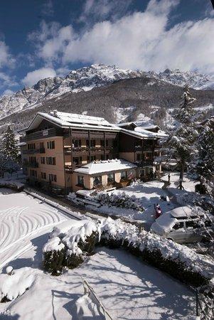 Hotel La Genzianella: La Genzianella during a winter day