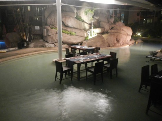 Lomani Wai at the Radisson Blu Resort: High tables with your feet in the water