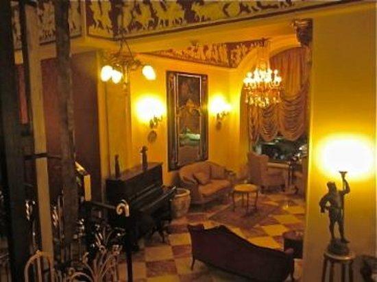 Paradise Inn Le Metropole Hotel: descending to the lounge