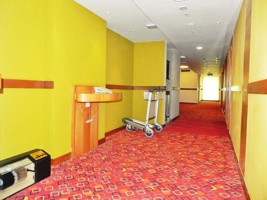 Ibis Mumbai Airport: ibis corridor