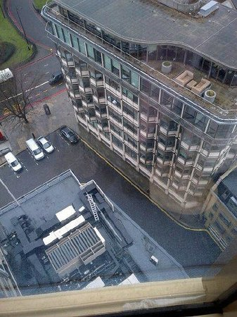 London Hilton on Park Lane: Looking down....wow we're high