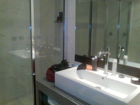 TownHouse 70: Bagno con box doccia doppio