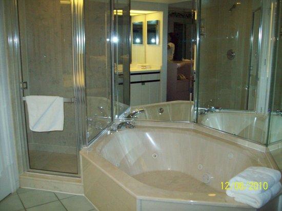 Westgate Town Center Resort & Spa: Bathroom Tub