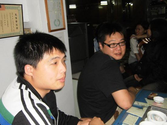 Zhong Guo Cheng : 遊客正在品嘗自家凍頂烏龍茶