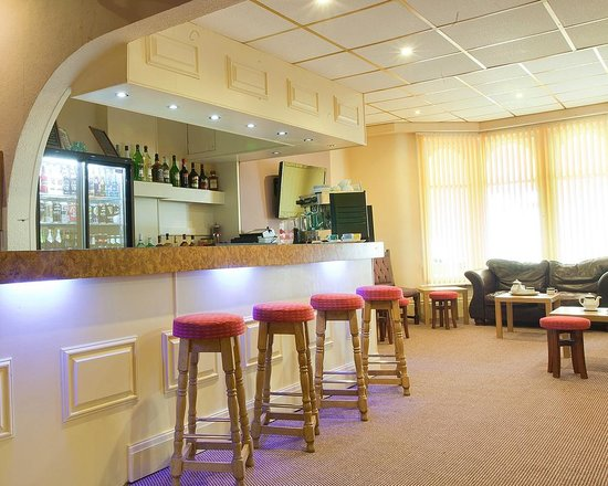 Queens Promenade Hotel: Bar and Lounge
