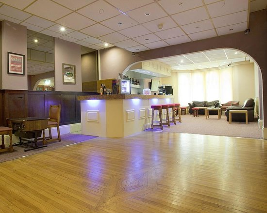 Queens Promenade Hotel: Bar and Dance Floor