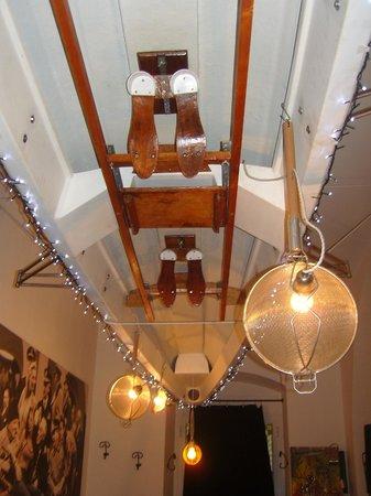 O Chi O a Ca Toa: particolare del soffitto, con lampade-scolapasta