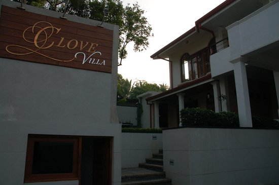 Clove Villa: Front site from the Hotel