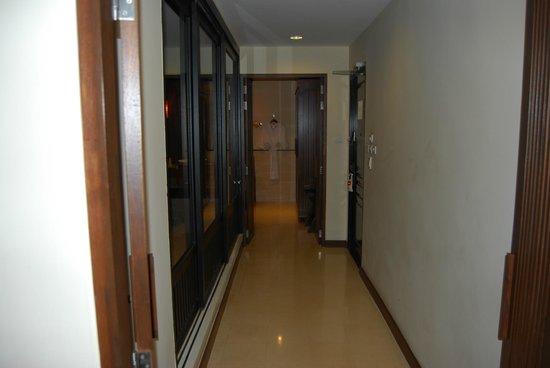 Movenpick Resort & Spa Karon Beach Phuket: The corridor in our room.