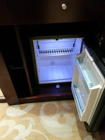 Pullman Beijing South: Empty mini bar