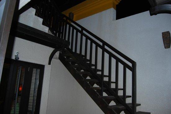 Movenpick Resort & Spa Karon Beach Phuket: The stairs leading to the plunge pool