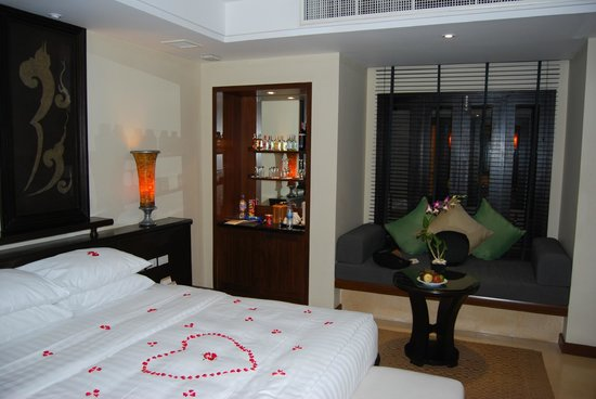 Movenpick Resort & Spa Karon Beach Phuket: The bedroom featuring the minibar