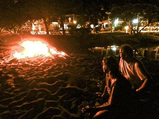 Manta Lodge: Beach bonfire and Bar B Que