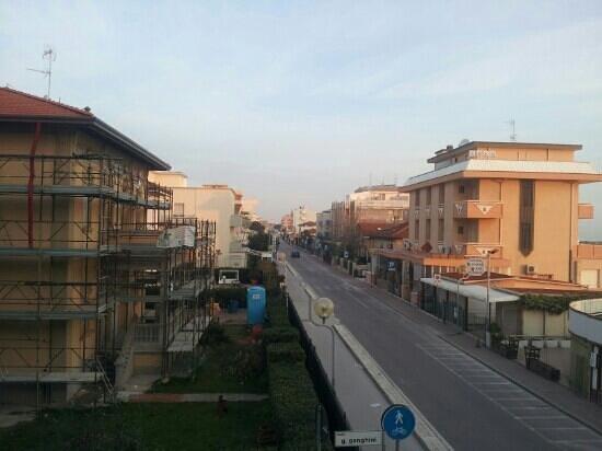 Residence Beach Paradise: Road away from Rimini