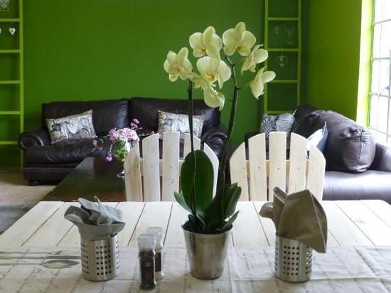 Hazel's Organic Restaurant: lounge
