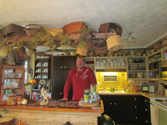 Piney Hill Bed & Breakfast: Hank in the kitchen