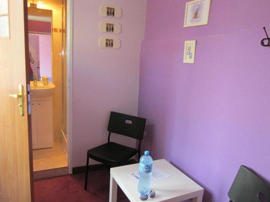 The Secret Garden Hostel: Saloncito que comunicaba la habitación con el baño