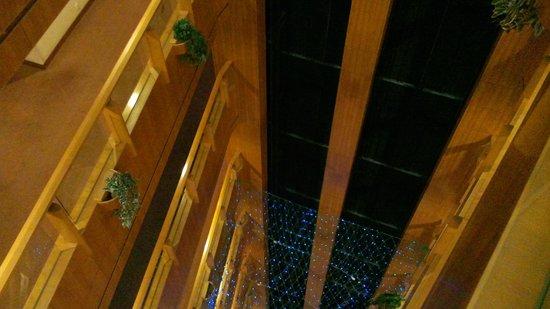 Metropark Hotel: elevador com vista para o pátio interior.