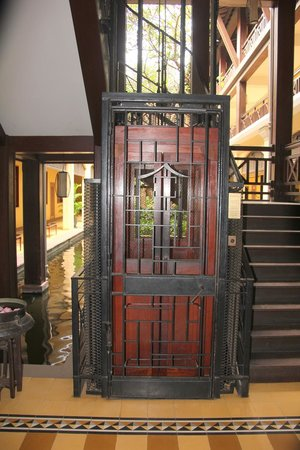Victoria Angkor Resort & Spa: Ein Original Lift aus denm vorletzen Jahrhundert Schöööön