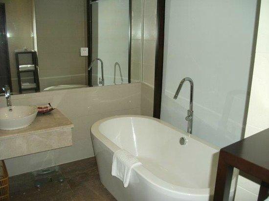 Swan Land Hotel: OK looking bath but impractical
