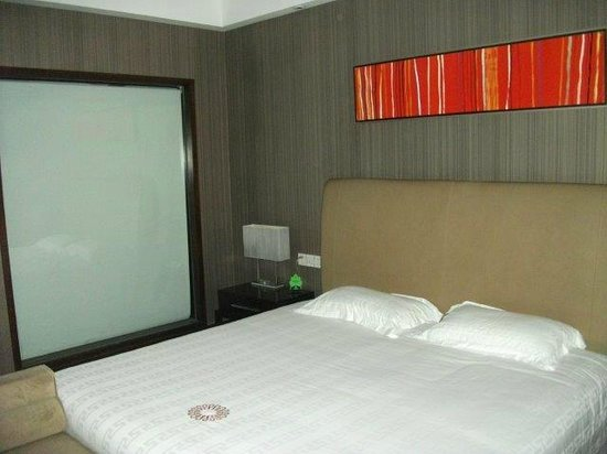 Swan Land Hotel: bed