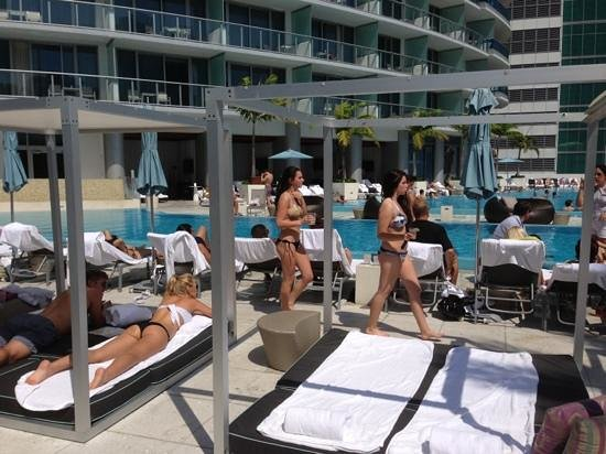 Kimpton EPIC Hotel : All day party at The pool...