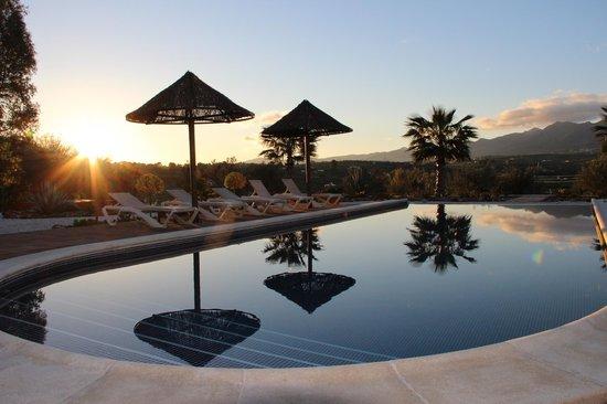 Dos Iberos Luxury Bed & Breakfast: Het zwembad met het schitterende uitzicht