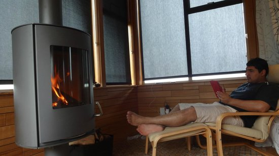 Hapuku Lodge: Nice area to cosy up by the fireplace