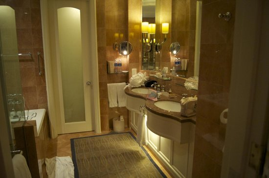 Four Seasons Hotel Singapore: Bathroom with separate toilet, and toilet is located near the entrance