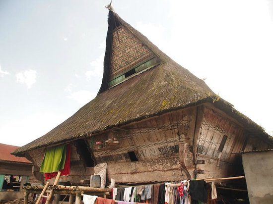 Kabanjahe, Indonesien: One of the ancient community houses in Dokan