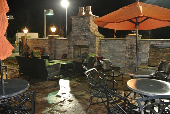 Fairfield Inn & Suites Elkin Jonesville: Fantastic outdoor patio with fireplace