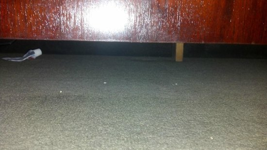 Days Inn Blairsville: Dirt and used tooth paste tube under dresser